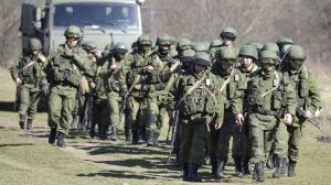 Soldados russos bloqueiam área de Perevalne, perto de Simferopol, na região autônoma da Crimeia (Ucrânia) Alexander Nemenov/AFP Mais