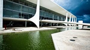 4mai2012-o-palacio-do-planalto-e-a-sede-da-presidencia-da-republica-projetada-por-niemeyer-durante-a-construcao-de-brasilia-1336164690367_1920x1080